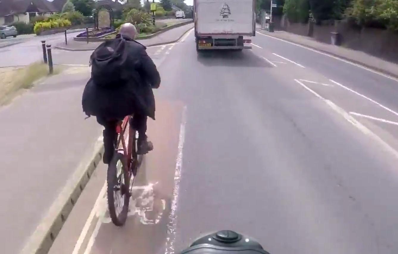 這名單車騎士違規還嗆後方汽車駕駛「滾蛋」,但一回頭...現世報來得太快啦!