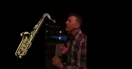 這個人吹樂器薩克斯風的方式跟所有人都不一樣,因為他是...不用樂器直接用嘴巴吹!(還在驚嚇中...)