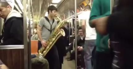 男生在紐約地鐵上演奏薩克斯風,演奏1分鐘後,從另一個車廂聽到漸漸大聲的薩克斯風...