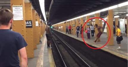 上半身裸的男生以為自己可以跳過地鐵軌道到另一邊,結果...