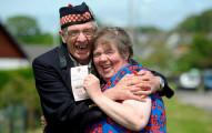 這對夫婦這麼開心,就是因為從垃圾桶裡撿出來的4800萬樂透彩券!