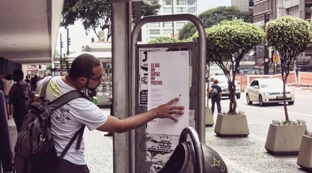 他們貼了很多這張滴了「愛滋病患血液」的海報,目的就是要你伸出手去摸這滴血!