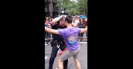 這個警察在同志遊行沒有逮捕人,反而還開始跟一名遊行者熱舞!