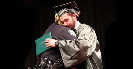 這名少年畢業典禮前一週父母意外身亡,負責這個案件的警察做了一件令全場起立鼓掌的感人承諾。