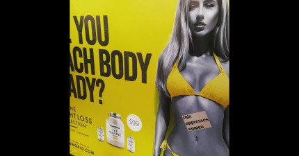這群人正在紐約的地鐵裡用最有意義的方式毀壞裡面的廣告看板。女生會愛死!