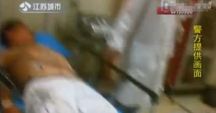 中國男子酒醉以為在吃路邊的「芝麻糊」,在警方發現到底是什麼後立即將他送醫!
