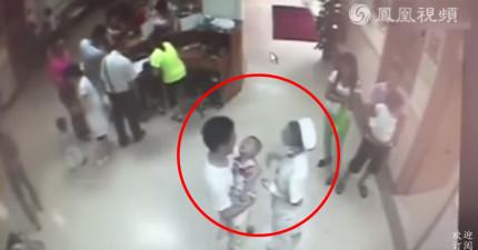 這間中國醫院的監視器拍到這名抱著孩子的中國男子狠狠踹剛轉身的護士一腳...?!