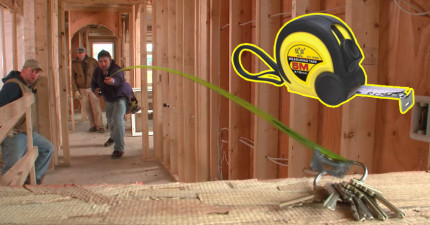 當這個人發射鋼捲尺時,他可以取到任何東西,包括你的心在內。