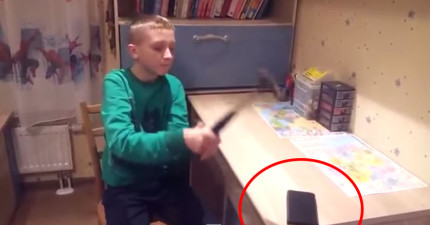 小男生買了超強大的手機保護殼決定用鐵錘示範,敲了兩下後一看,就雙手抱頭了...