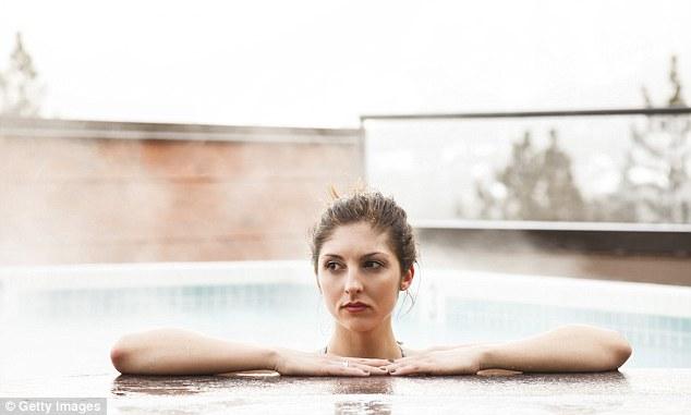 你知道游完泳真正造成眼睛紅腫的原因不是「氯」,而是更更更噁心的東西...