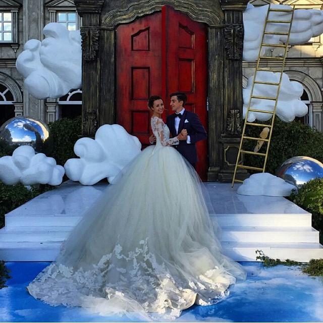 還記得「拉男友環遊世界」的情侶檔嗎?現在他們終於走到夢幻婚禮殿堂了!