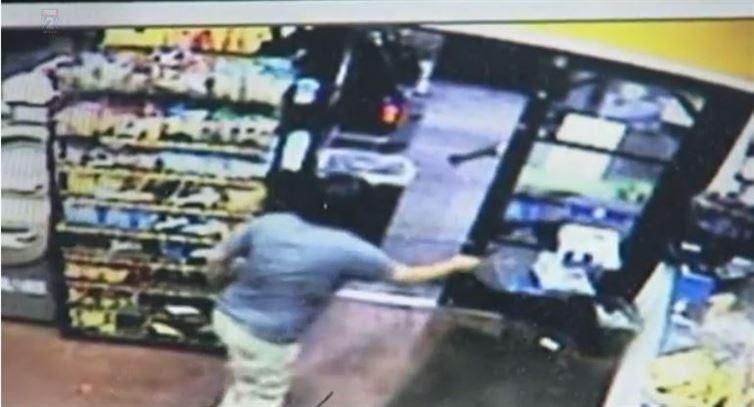 店員遭持刀啤酒賊劫酒後逃跑,但不久後...發現他又回來搶第二次,不久後...第三次。