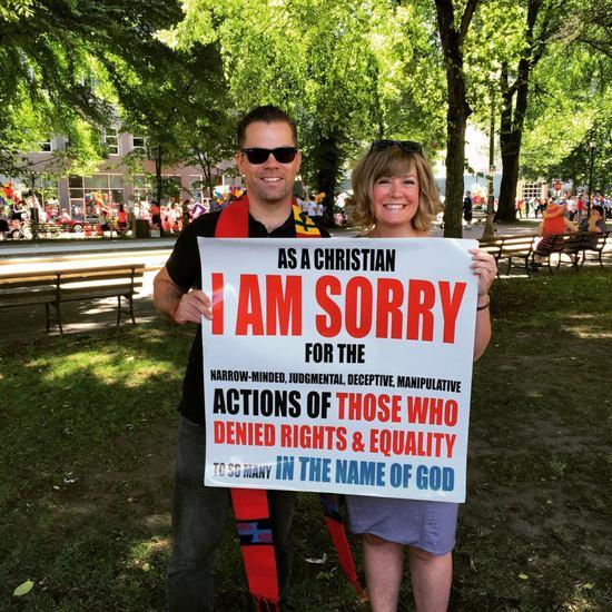 有些人以為這名基督教牧師參與同志大遊行是要抗議,但看到了他的牌子之後,大群人感動落淚!