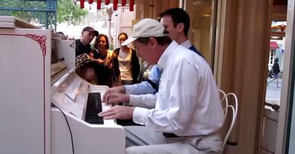 當兩個鋼琴家在3手聯彈時,突然另一隻手打斷他們,結果結束後觀眾都超用力鼓掌!