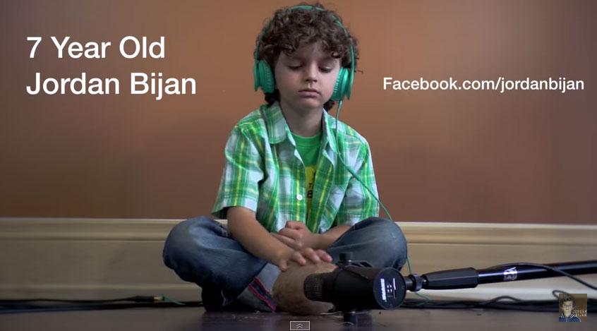 這個7歲小音樂天才一個人彈奏9個樂器和唱出7個配音,製作出會讓創作歌手都感受到威脅的好音樂!