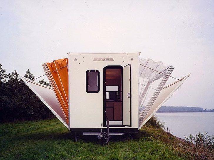當這台露營車將兩側打開變成「完全體」以後,會讓你對自己的房間完全失去興趣!