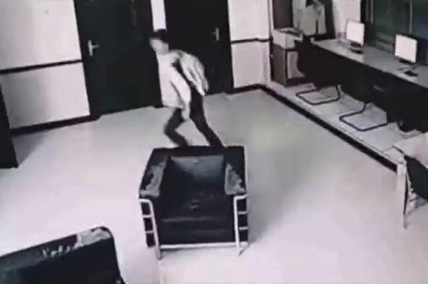如果你不相信有鬼怪的話,那這段監視器清楚拍下的鬧鬼片段應該會說服你!