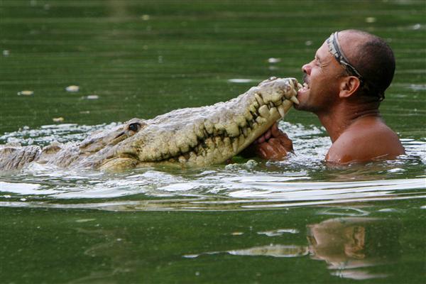 帥哥順手救了一隻水中之王 隔天「巨大黑影」在河邊等他:林北以後罩你!