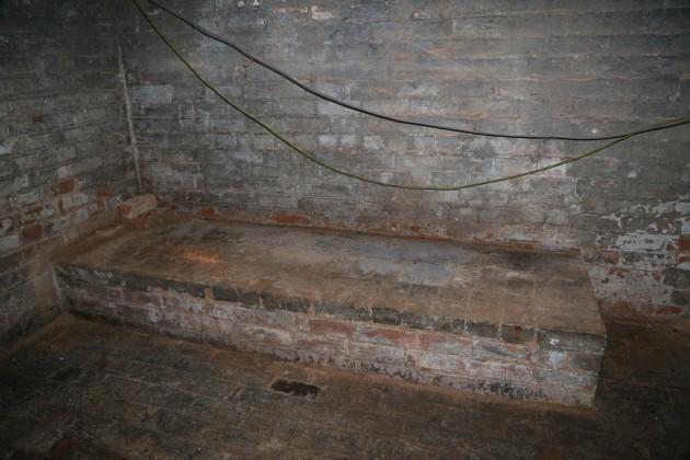 這名男子入住一間便宜房子才正得意,卻意外發現地板這個通往黑暗地底的機關...?