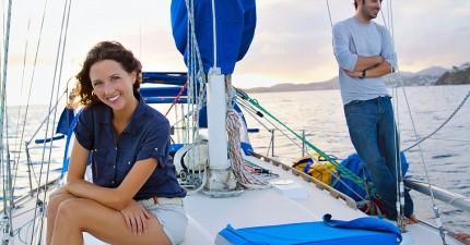 這對夫妻帶著領養的貓咪放棄並且賣掉世俗的一切,買了一艘船航向無盡的浪漫環遊世界之旅。