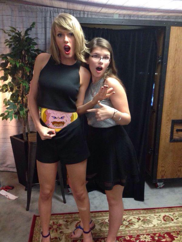 小天后泰勒絲跟粉絲合照露出性感小肚肚,但沒想到被網友神PS成20張超爆笑的照片!