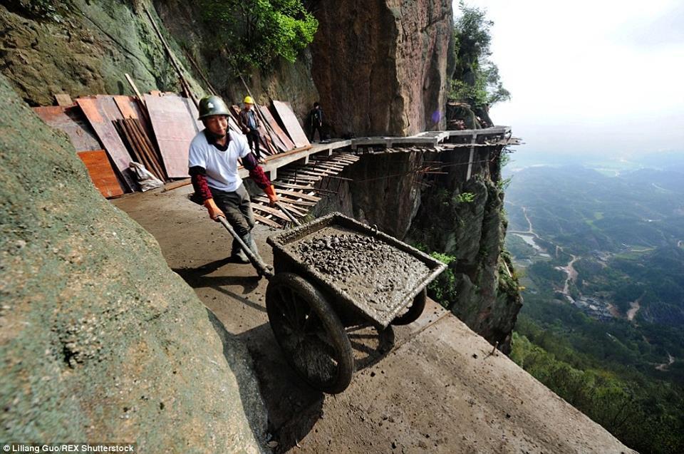 看完這些工人怎麼「修復世界上最恐怖的懸空步道」,你就不會再抱怨工作多辛苦了!