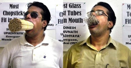 這名印度科學老師竟花了4個月的練習,終於成功「把1000支吸管全部塞入嘴巴中」!