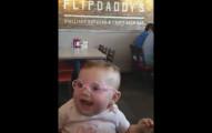 天生弱視小寶寶一開始還不想要戴上眼鏡,但一戴上第一次能看到父母時,表情把我融化掉了!