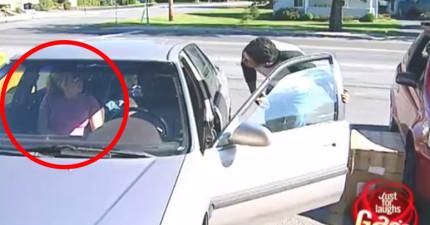 這些人只不過暫停離開一下,回到車上就發現女朋友整個「換人當」了!