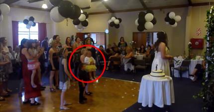 當新娘捧花丟出時,結果有小女生也太想要結婚了,慘案就發生了...