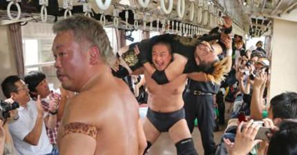 乘客在踏上日本電車後,立即目睹一場超近身的職業摔角翻摔...什麼鬼啦?!