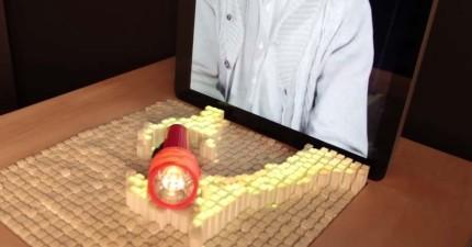 別管Skype或Facetime了,利用這個最新的通訊科技,你就真的可以摸到遠在天邊的通話對象了!
