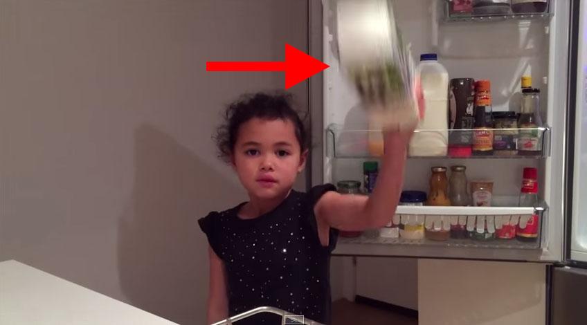 這個小女生只要一把物品往後丟,就會發生平時不可能發生的奇蹟。