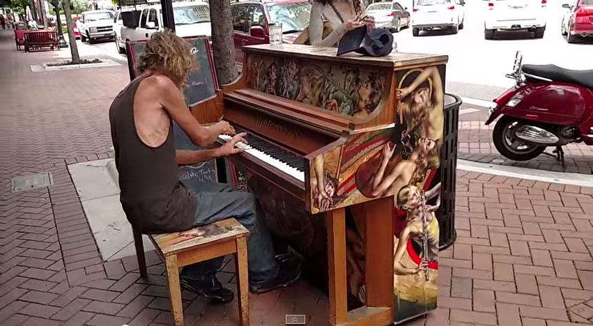 流浪漢街頭彈琴只想賺吃飯錢 但聽過他的琴聲後...全網都想要幫助他!