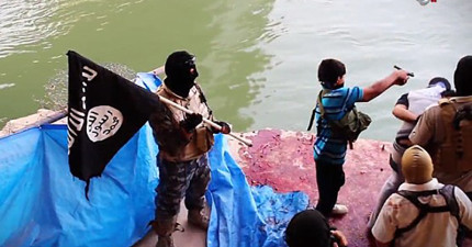 這些恐怖照片中讓你看到ISIS男孩槍斃手完全不理俘虜的哀求,毫不猶豫的直接往腦袋上開槍。
