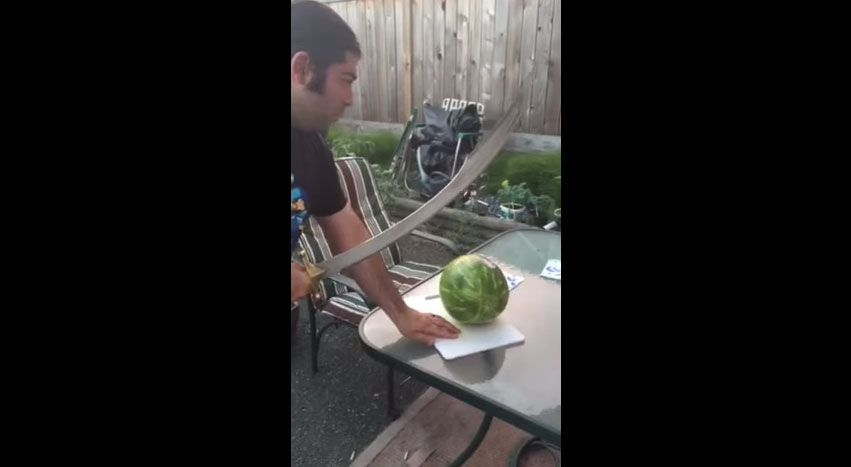 這個人決定不用西瓜刀切西瓜,而是用彎刀!結果砍下去後,就悲劇了...