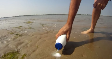 他在沙灘上灑了一點鹽,結果最好吃的海鮮就跑出來了!