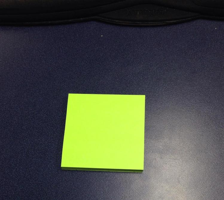 員工以為自己很聰明,於是偷偷在便條紙最後寫了一堆「給上司的留言」以為不會被發現...