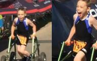 堅持完成鐵人三項的腦性麻痺小男孩,他在終點前跌倒後做的事,會讓你流著淚繼續面對生活的挑戰。