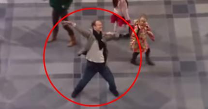 這個男人在人來人往的車站忽然開始跳舞,在上百人一個一個加入他後...WOW!