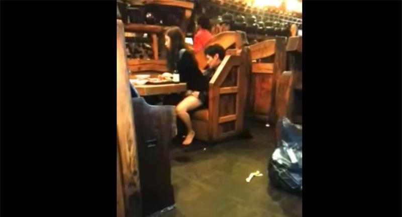這對韓國情侶乍看只是親密交疊坐著,但女生臀部的動作卻透露出...更多劇情了。