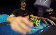 看這個小男生創下最短時間2:23完成超大型魔術方塊,我的頭都有點暈了...