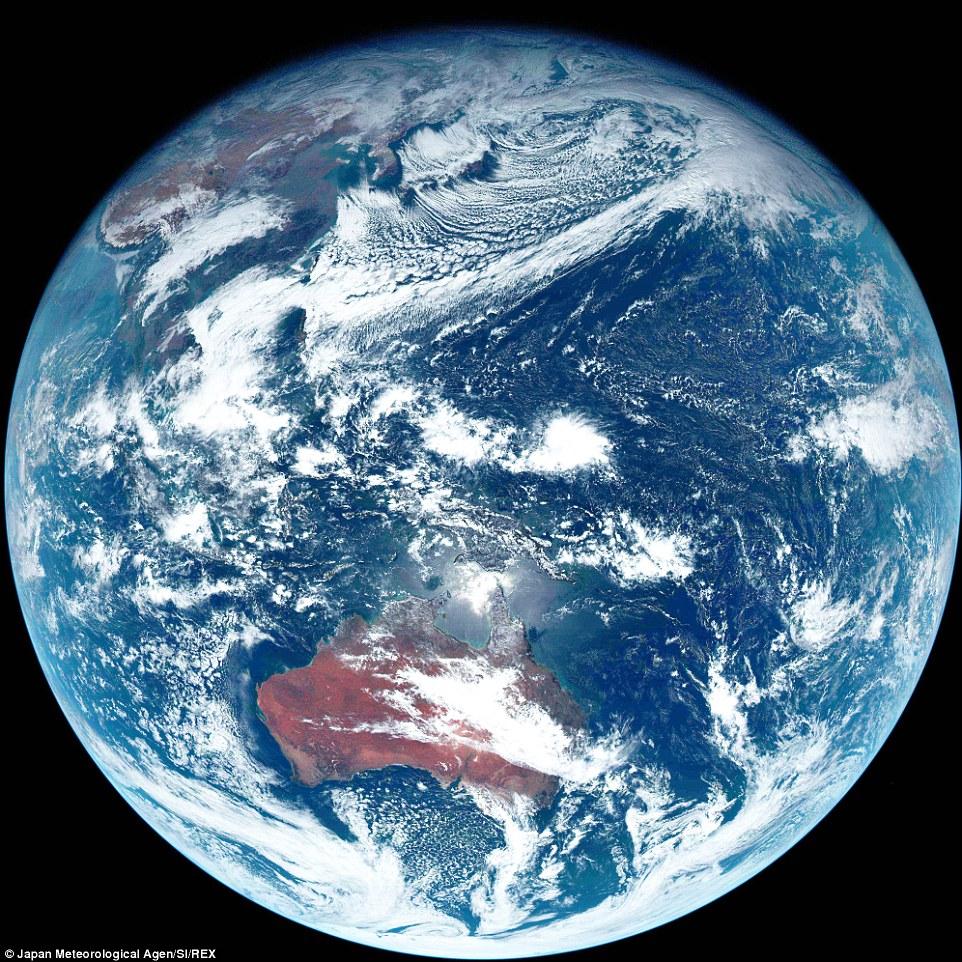 日本衛星照出史上第一張地球「真實色彩」真相照,呈現未修圖的灰色之美!