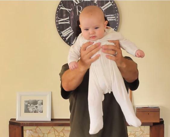 1分鐘看完這位帥爸教你17個抱小孩的超萌妙方法。