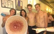 現在網路上很多女生開始在自己的乳頭貼上男性的乳頭,就為了要粉碎社群網站的裸露規則。