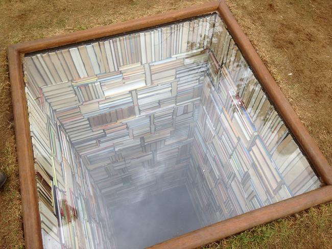 丹麥的海邊出現了這個深不見底的「書本地洞」,原來背後的原因這麼有深度!