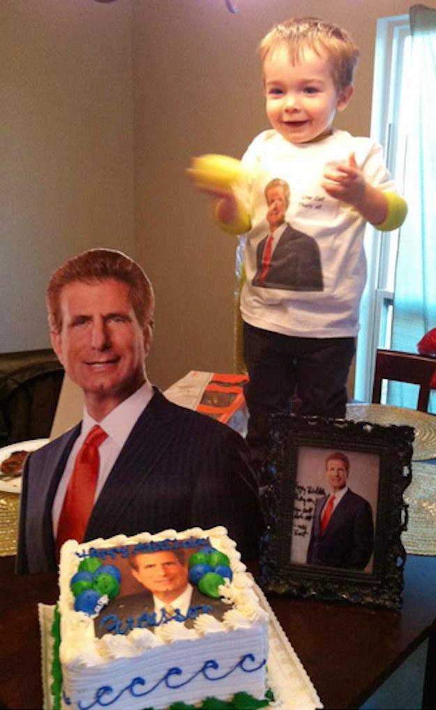 這名小男生的偶像竟是電視廣告中出現的律師,連生日趴都以他為主題呢!