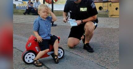 這名3歲小弟在路上騎著他小小玩具機車時,被警察攔下來爆笑狠開罰單!