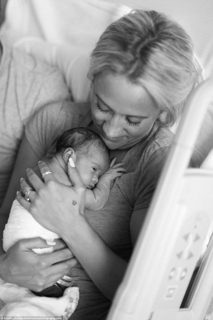 這對無法生小孩的夫妻正準備「第一次見到領養的女兒」,跨越血緣的溫馨畫面可能會害你淚崩...