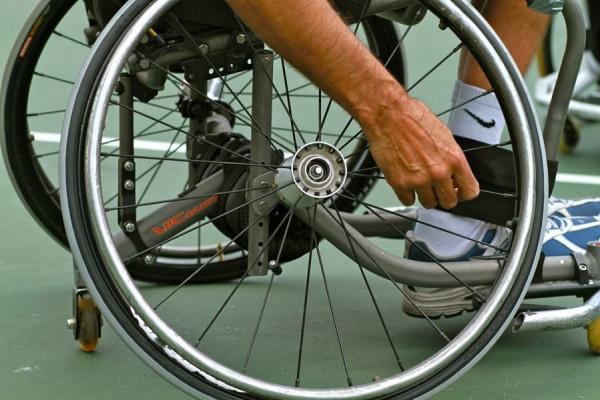 這名女性想幫助坐輪椅的斷腿老人卻一直被拒絕,但她執意行善最終讓她得到了最珍貴的回報。